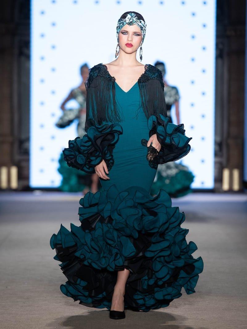 Traje de flamenca verde esmeralda con hombreras de flecos