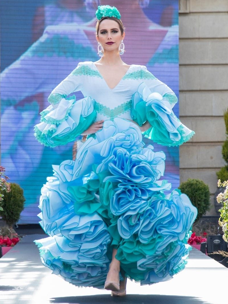 Traje flamenca de plumeti celeste con mangas y apliques de guipur