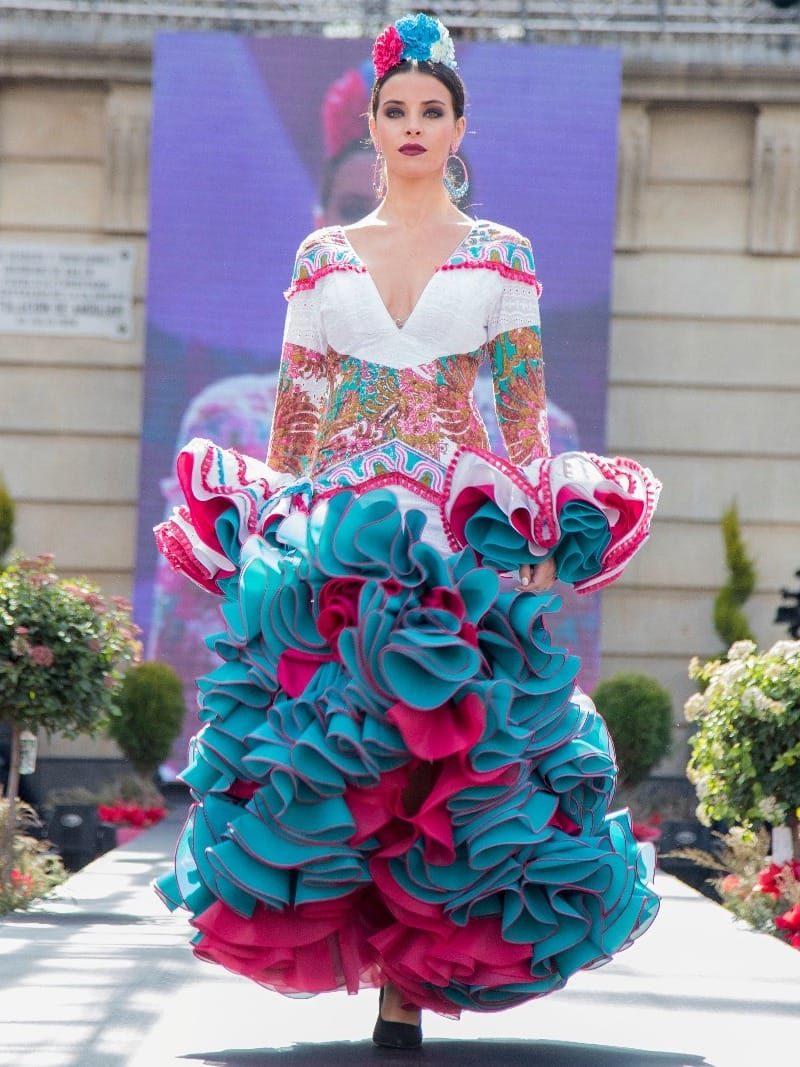 traje de flamenca con cortes simetricos