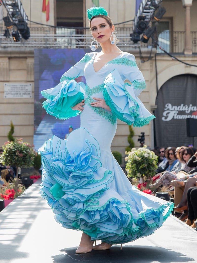 Traje flamenca de plumeti celeste con mangas y apliques de guipur (outlet)
