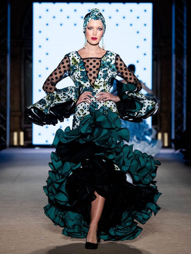 Traje de flamenca estampado con mangas transparentes de tul