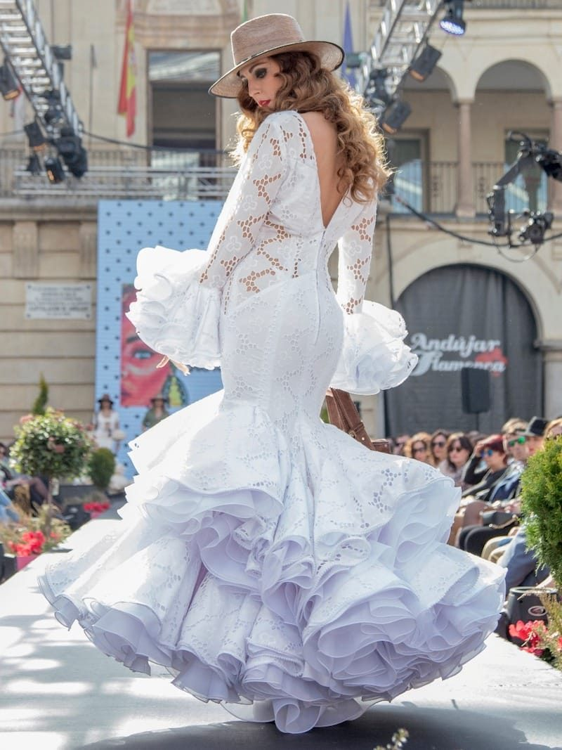 Traje de flamenca perforado blanco con transparencias