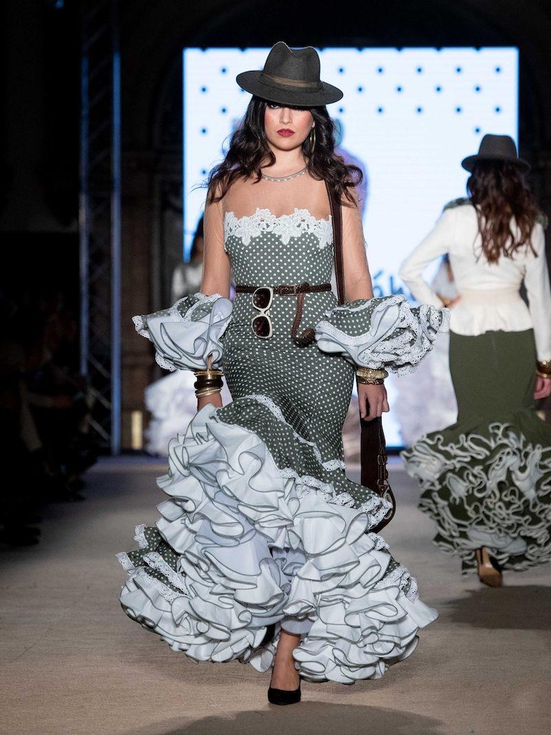 Traje de flamenca de lunares y escote transparente