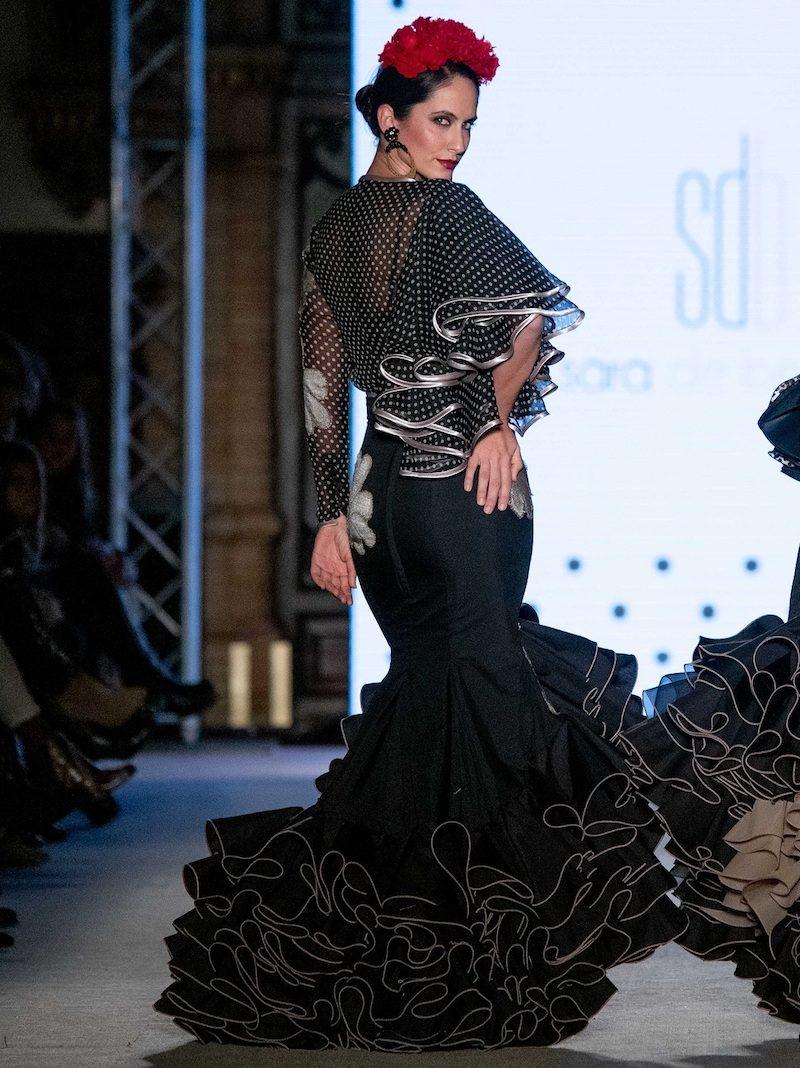 Falda y blusa de flamenca negra con flores camel
