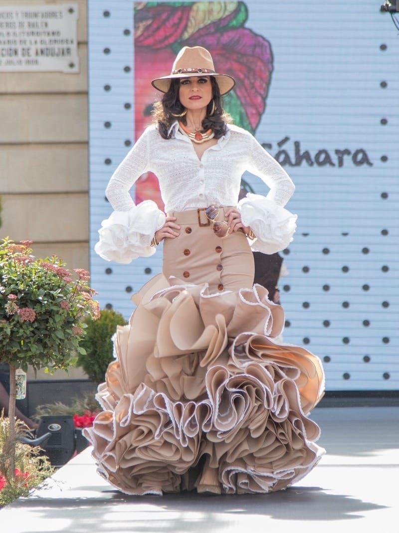 Falda flamenca con botones de carey y blusa perforada