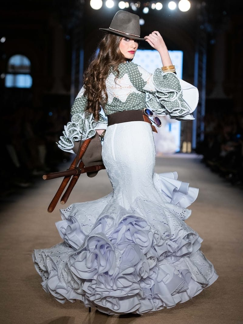 Falda y blusa de flamenca perforada blanca