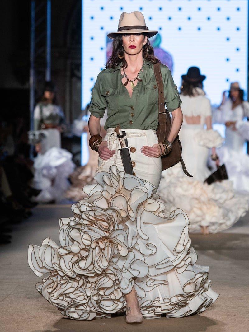 Falda flamenca beig con blusa cuello camisero (outlet)