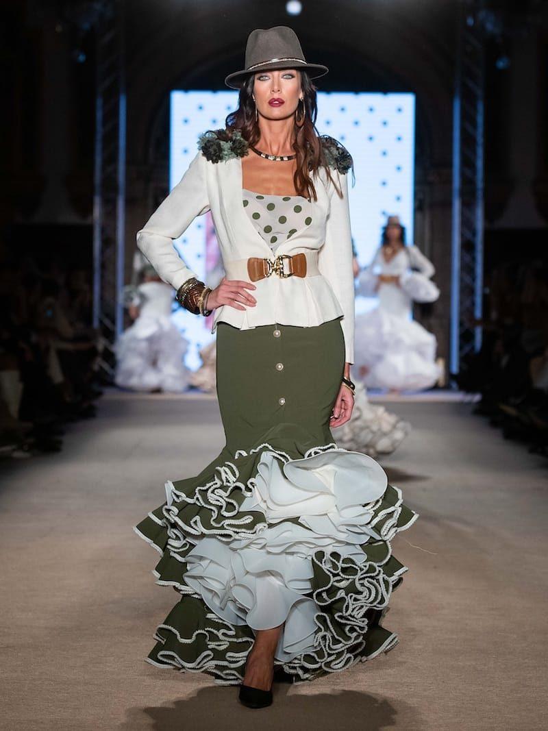 Falda flamenca verde con chaqueta beig a juego