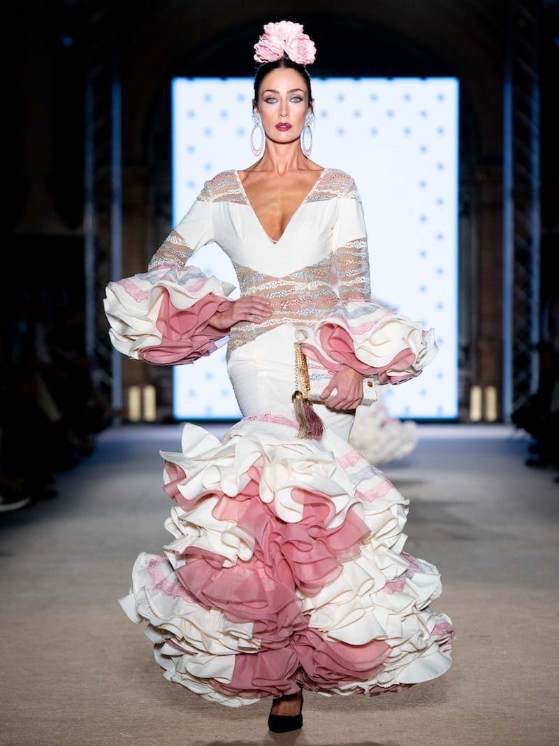 Traje de flamenca beige de plumeti con transparencias