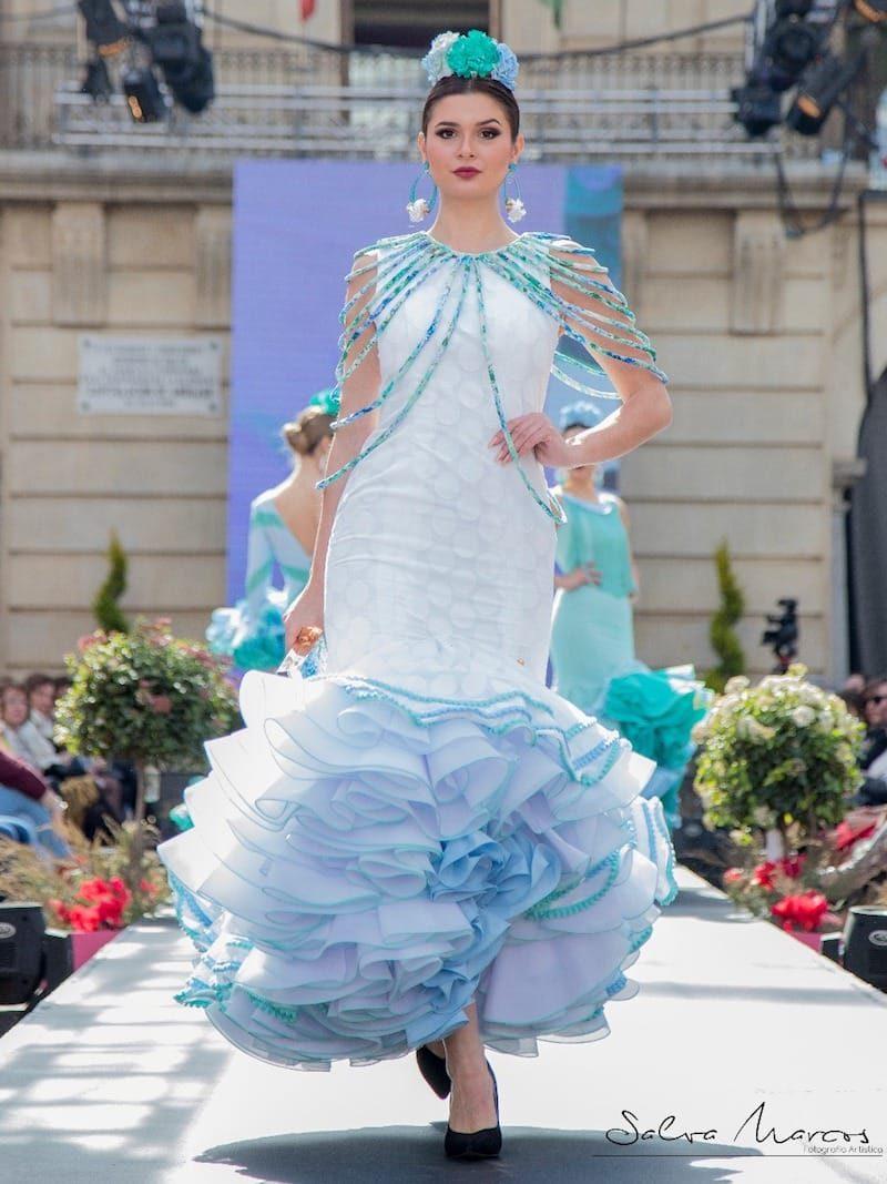 traje de flamenca con collares celestes
