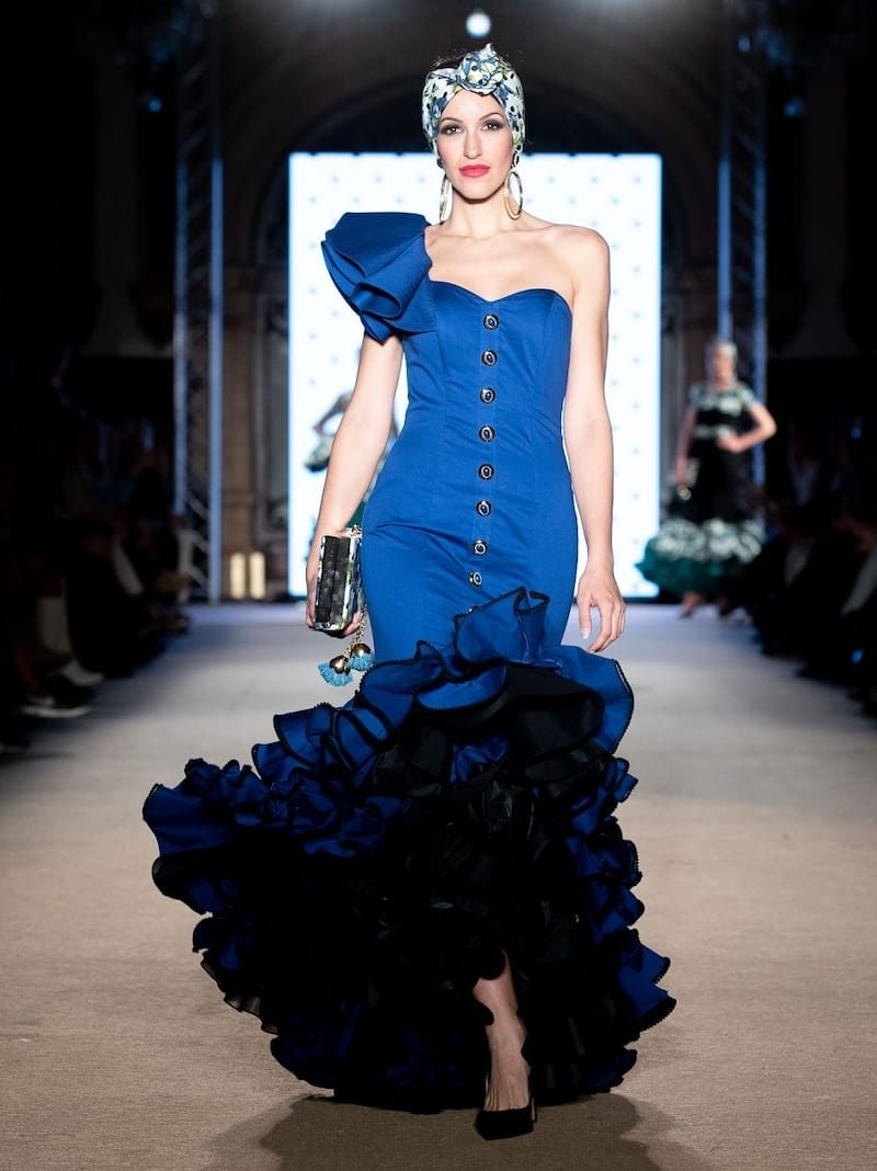 Traje de flamenca azulina con farol a un hombro