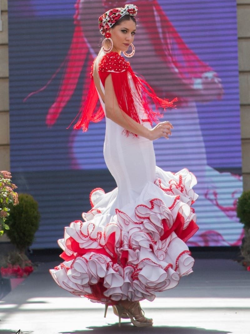 traje de flamenca con flecos en hombros
