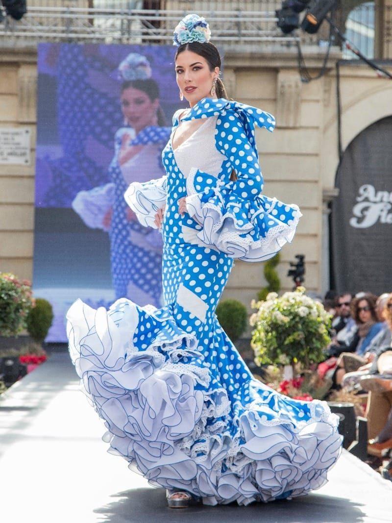 Traje de flamenca de lunares blancos