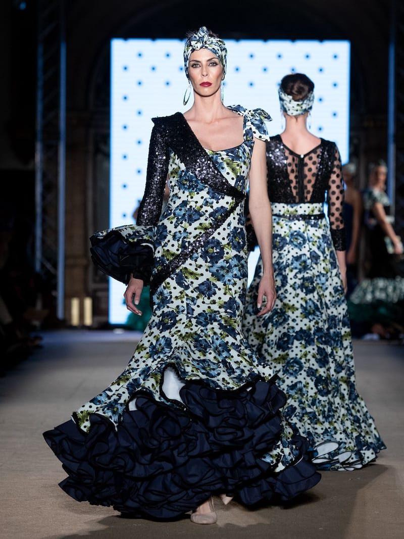 Traje de flamenca con estampado de flores azul