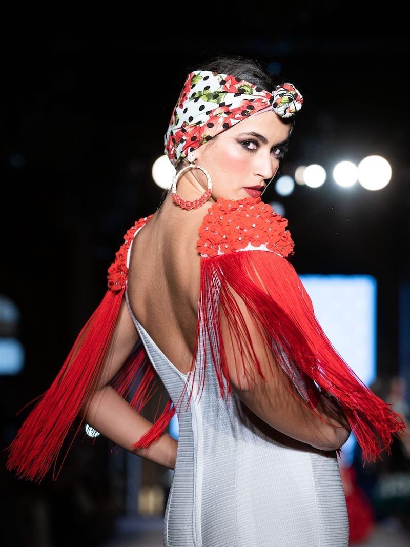 Traje de flamenca blanco y rojo con hombreras de flecos