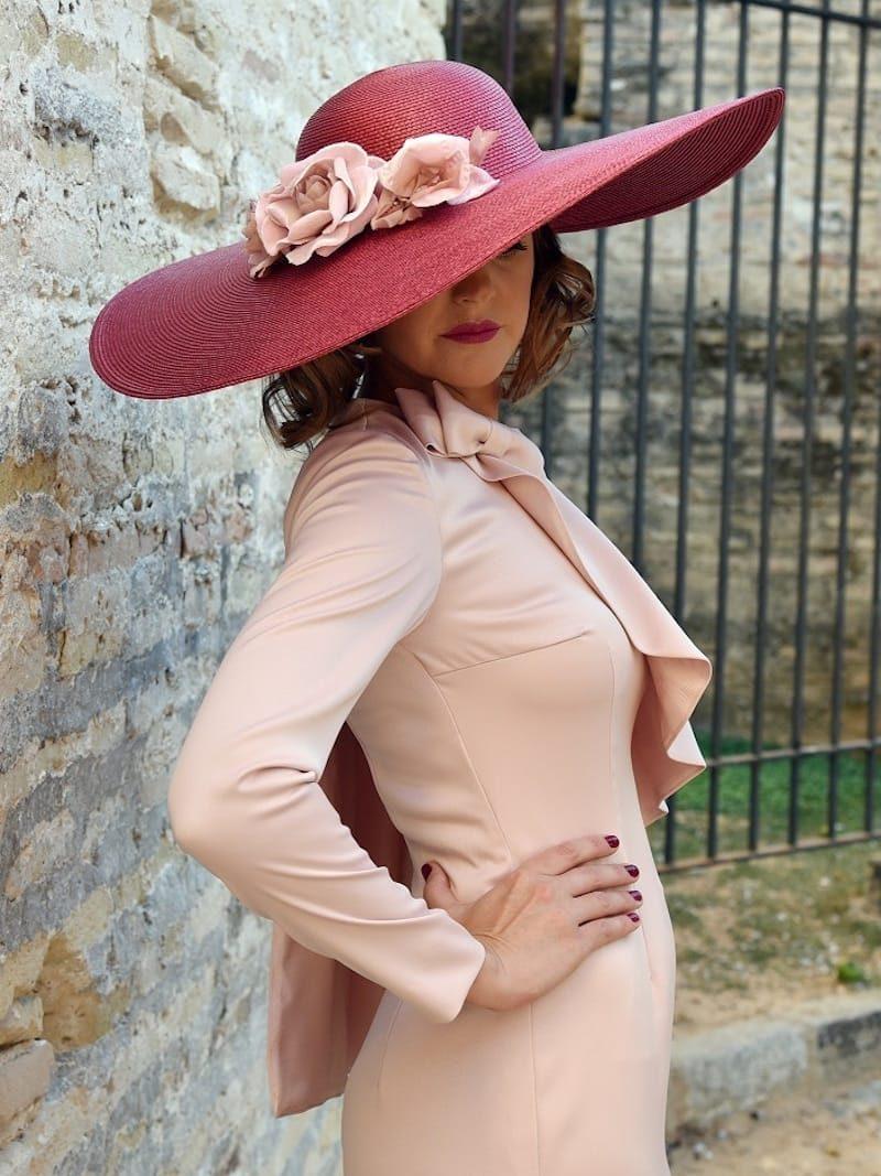 vestido con media capa en escote