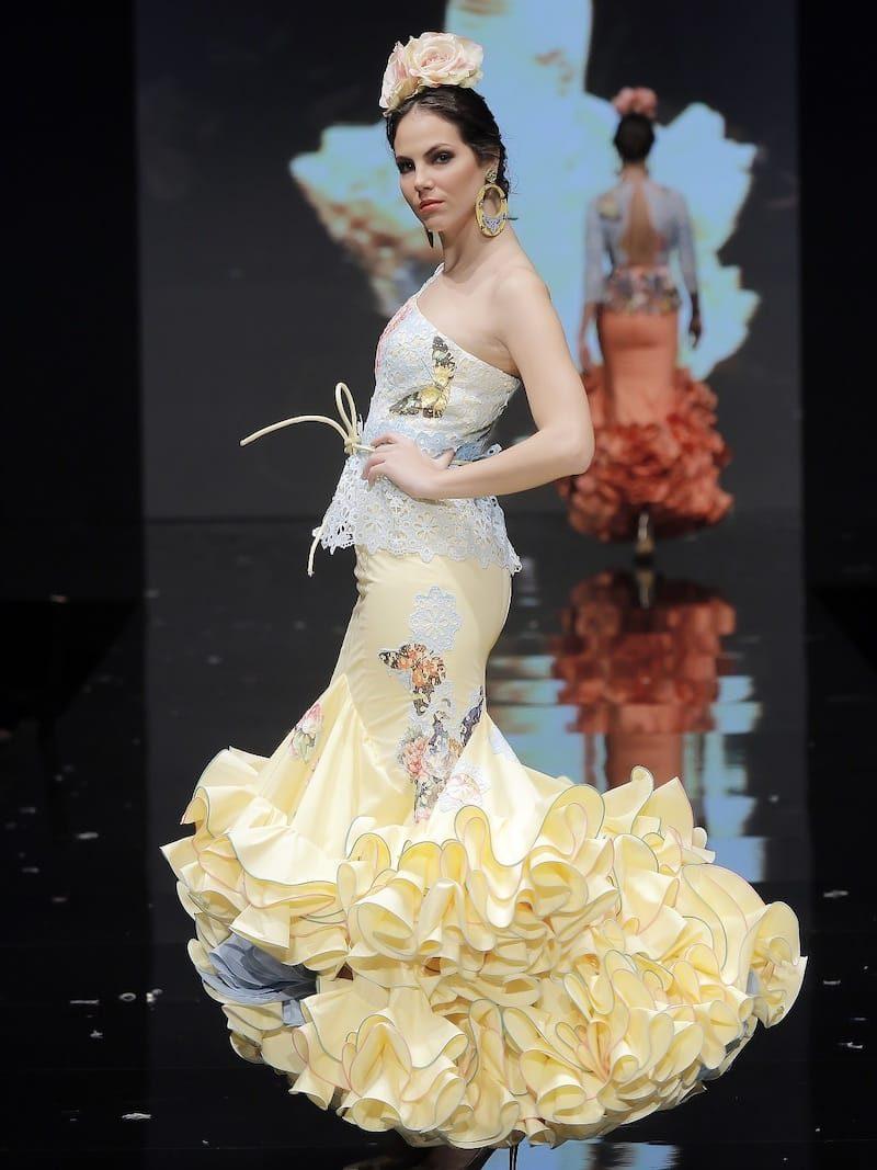Traje de flamenca amarillo con tejido de mariposas