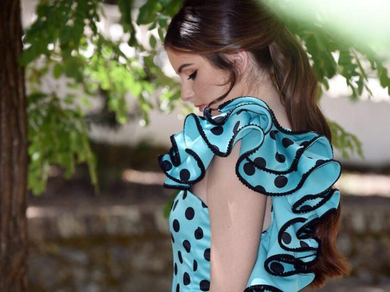 vestido volantes a un hombro