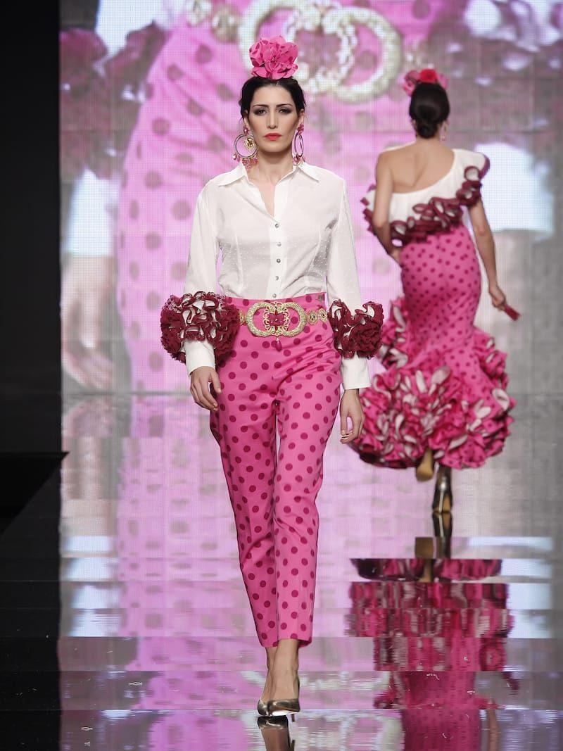 Conjunto de pantalón lunares rosa y blusa blanca