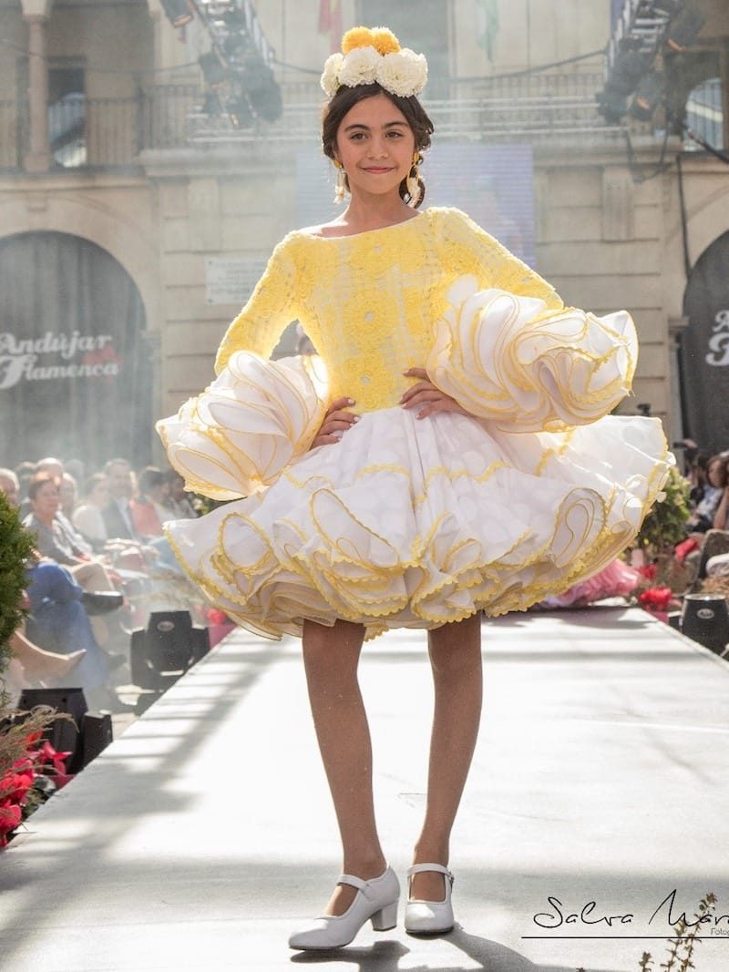 Traje de flamenca de grandes lunares para niña