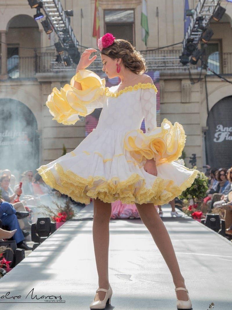 Traje de flamenca para niña con volantes de clavel