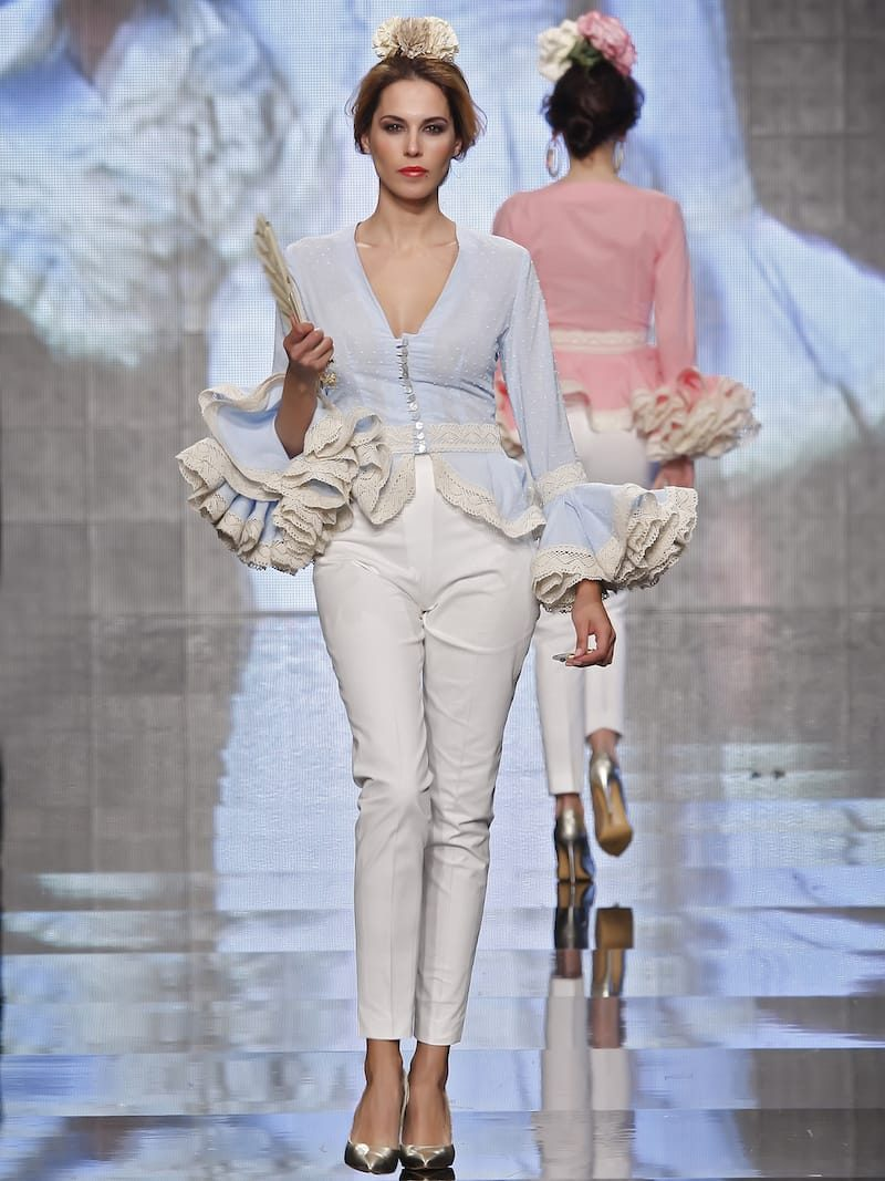 Conjunto pantalón piqué beig y blusa flamenca celeste