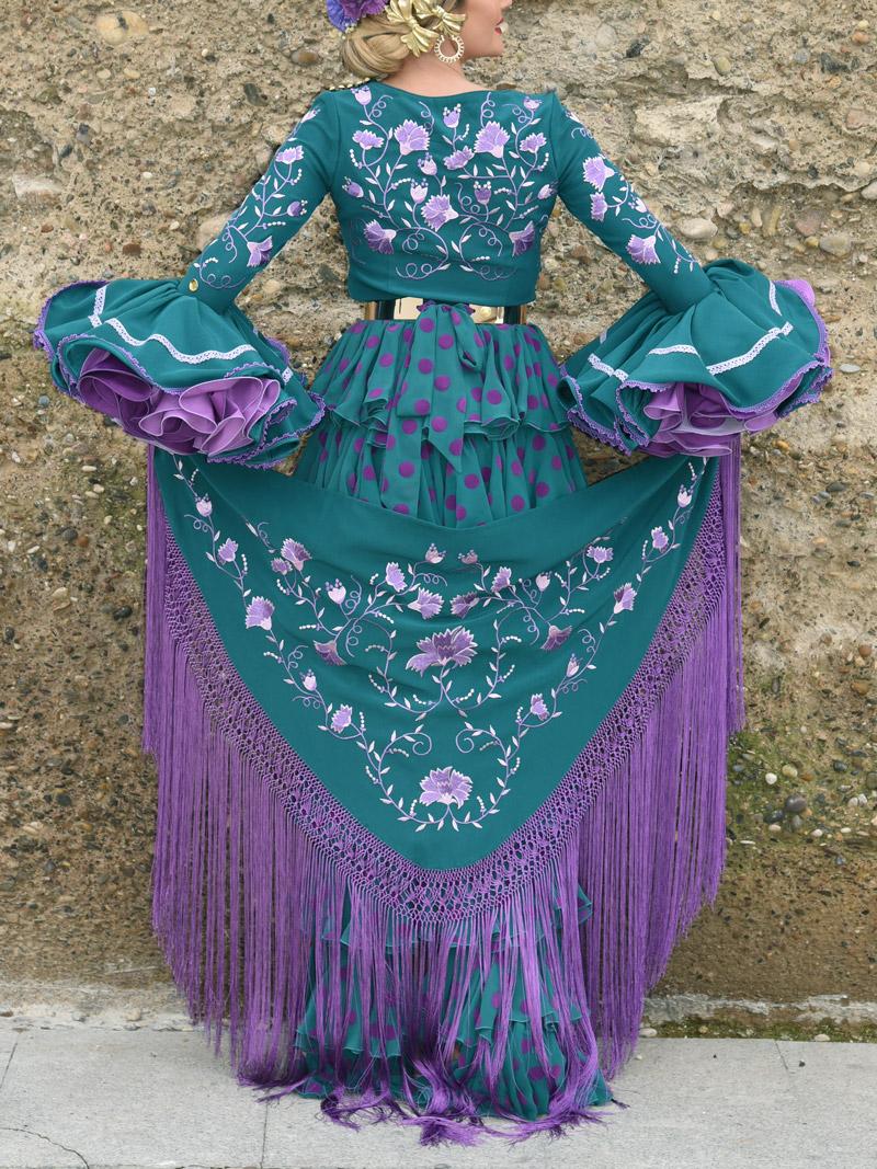 Mantón bordado de flamenca con flecos