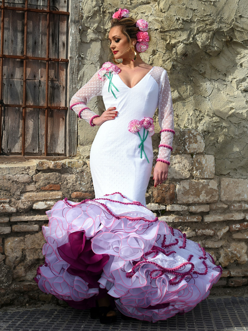 traje-de-flamenca-blanco-de-plumeti-claveles-fucsia