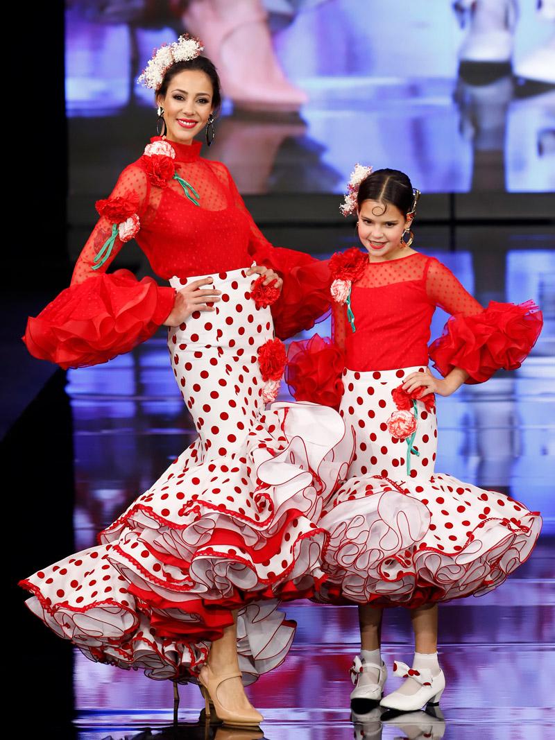 Blusa plumeti claveles y falda lunares rojos