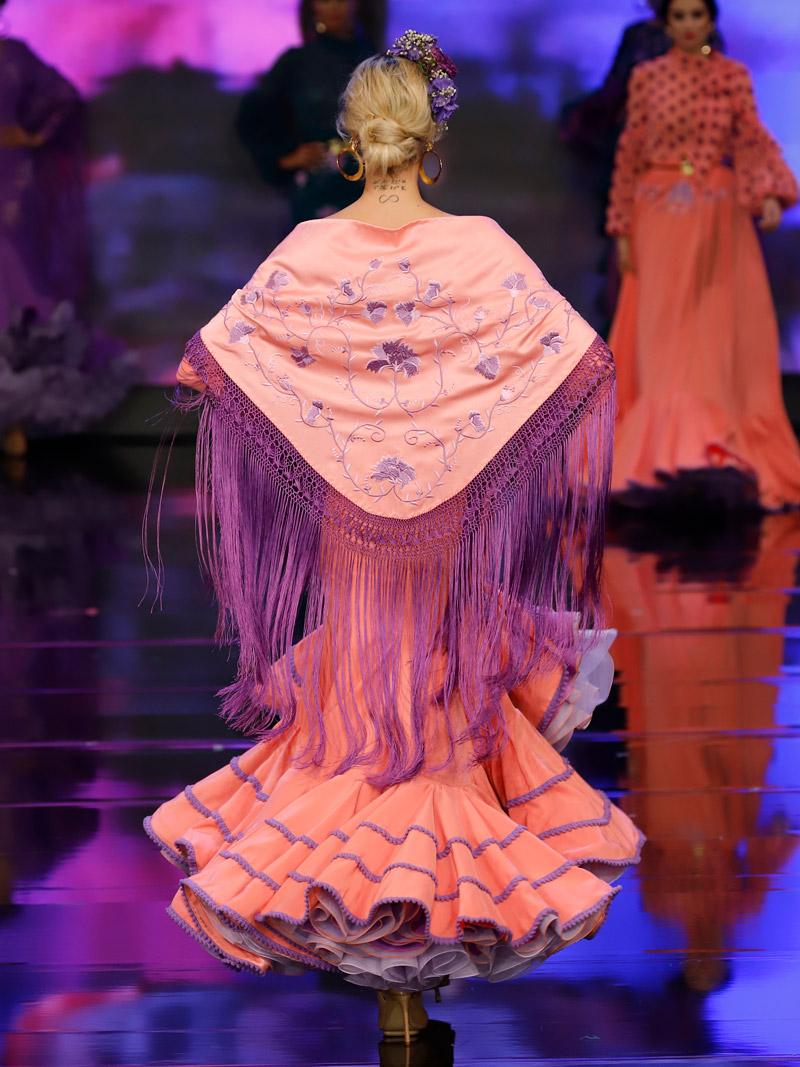 Traje de flamenca coral bordado