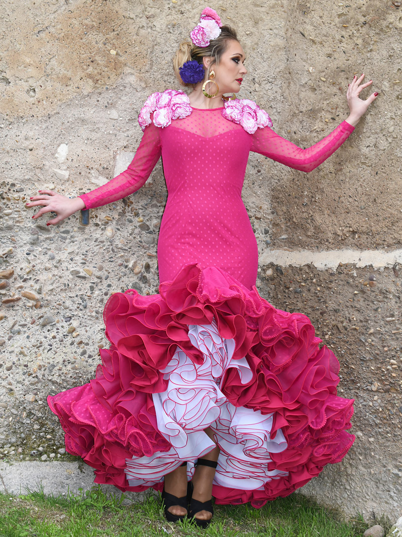 Traje de flamenca fucsia plumeti claveles filos