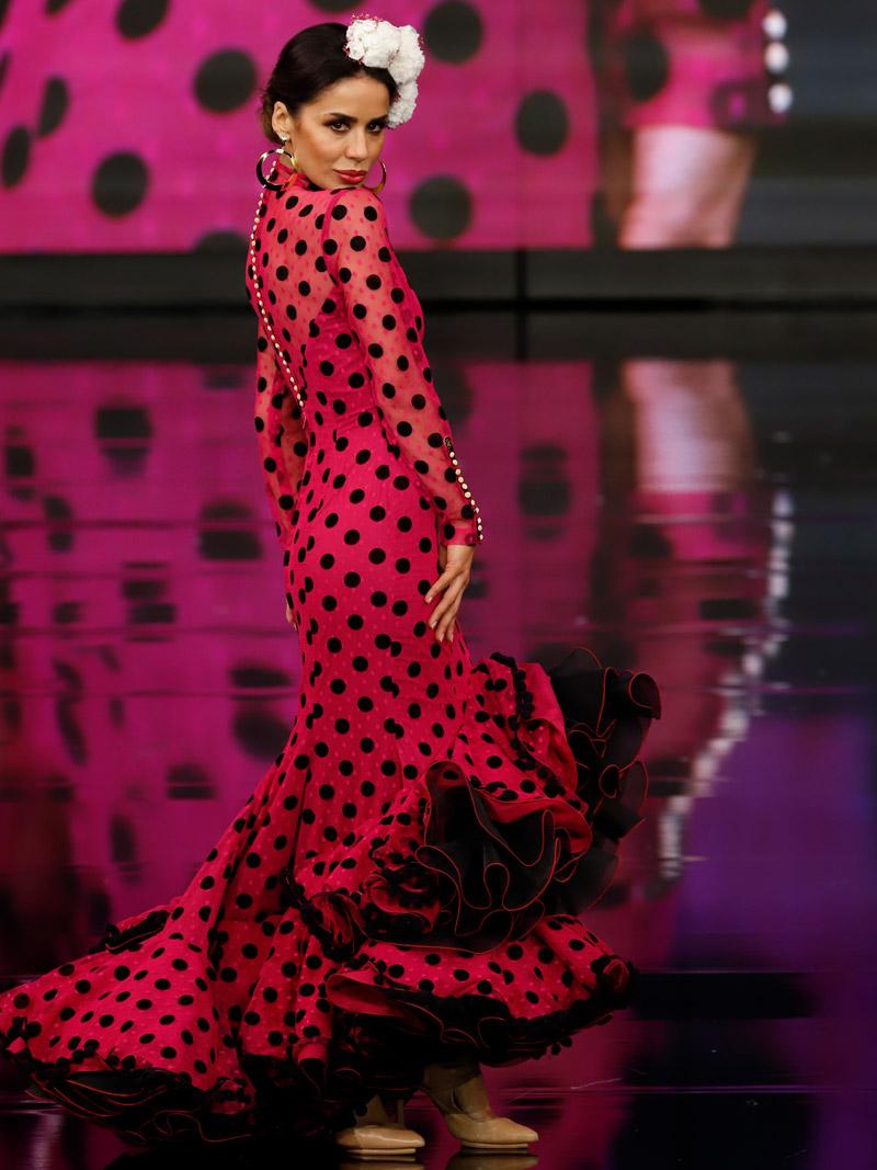 traje-de-flamenca-fucsia-lunares-negros