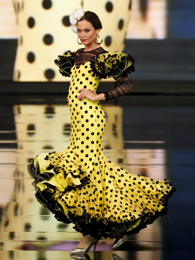 traje-de-flamenca-lunares-negros-bordados