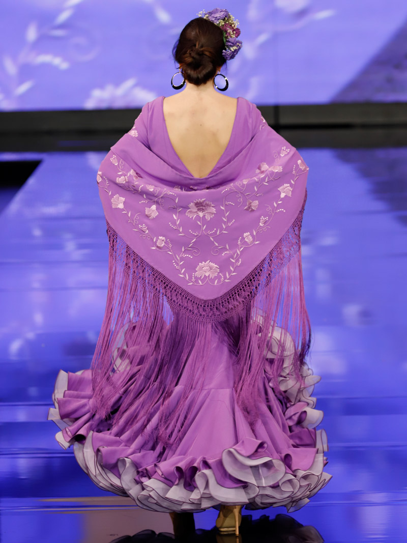traje-de-flamenca-malva-claveles-bordados