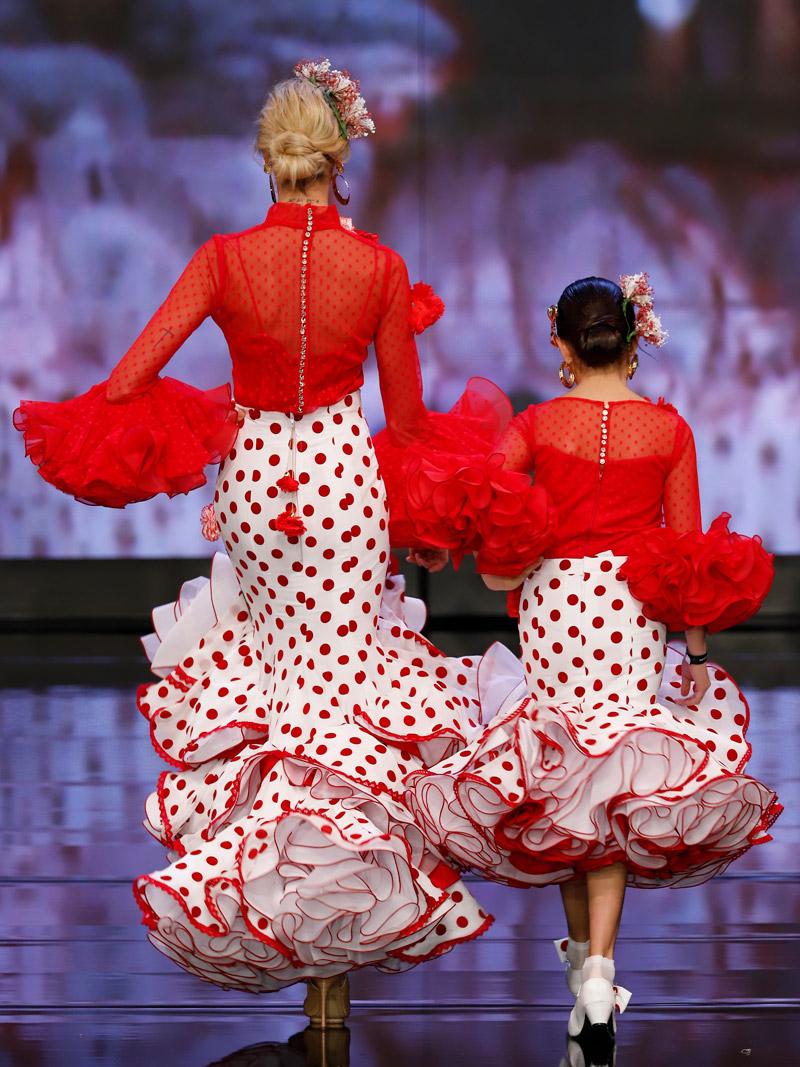 traje-de-flamenca-rojo-lunares-y-claveles