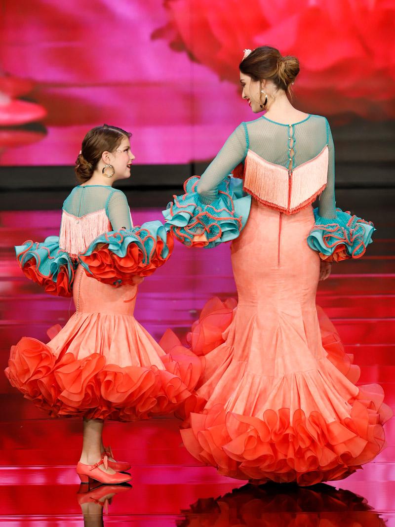 Falda flamenca coral y blusa flecos degradado