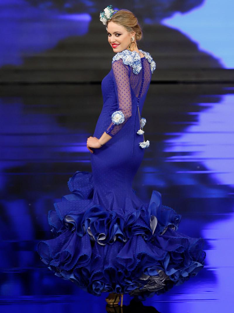 Traje de flamenca azulina plumeti claveles filos