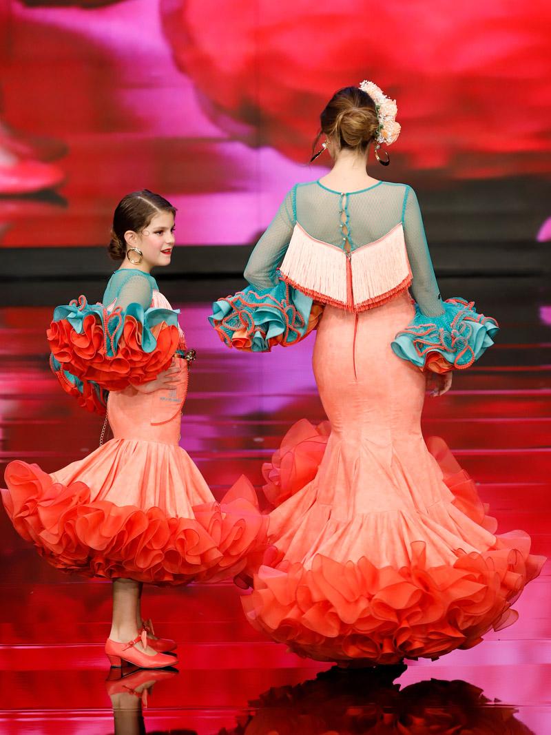 traje-de-gitana-volantes-claveles-coral