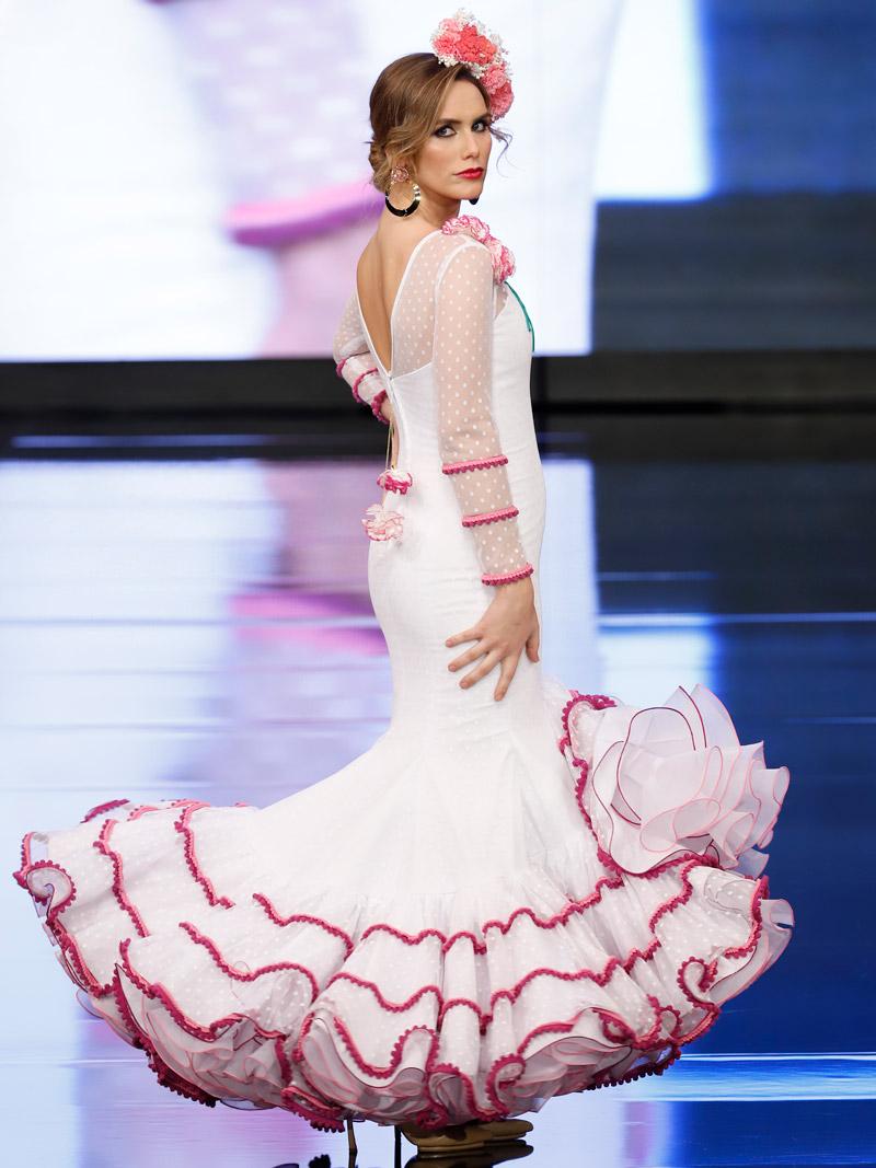 Traje de flamenca blanco plumeti claveles filos fucsias