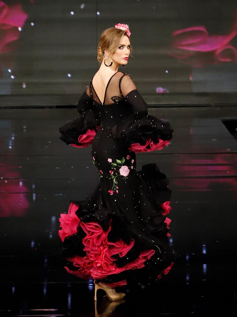 vestido-de-flamenca-negro-y-fucsia-flores-bordadas