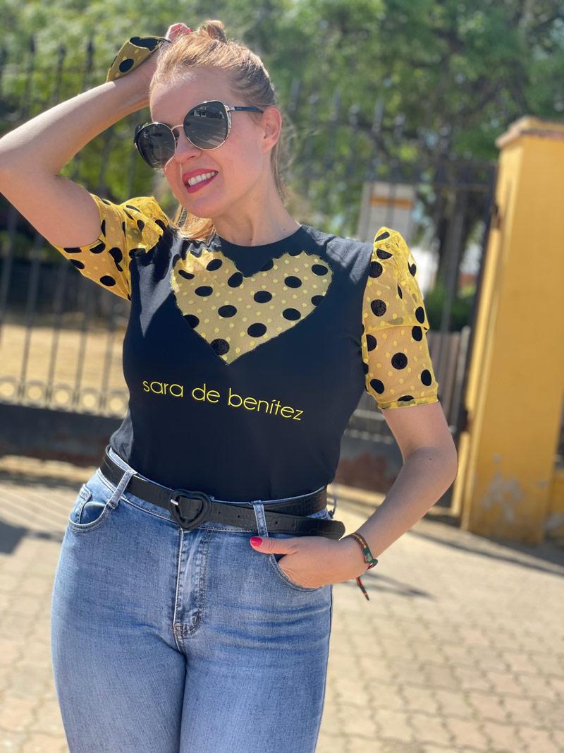 camiseta negra corazon amarillo lunares