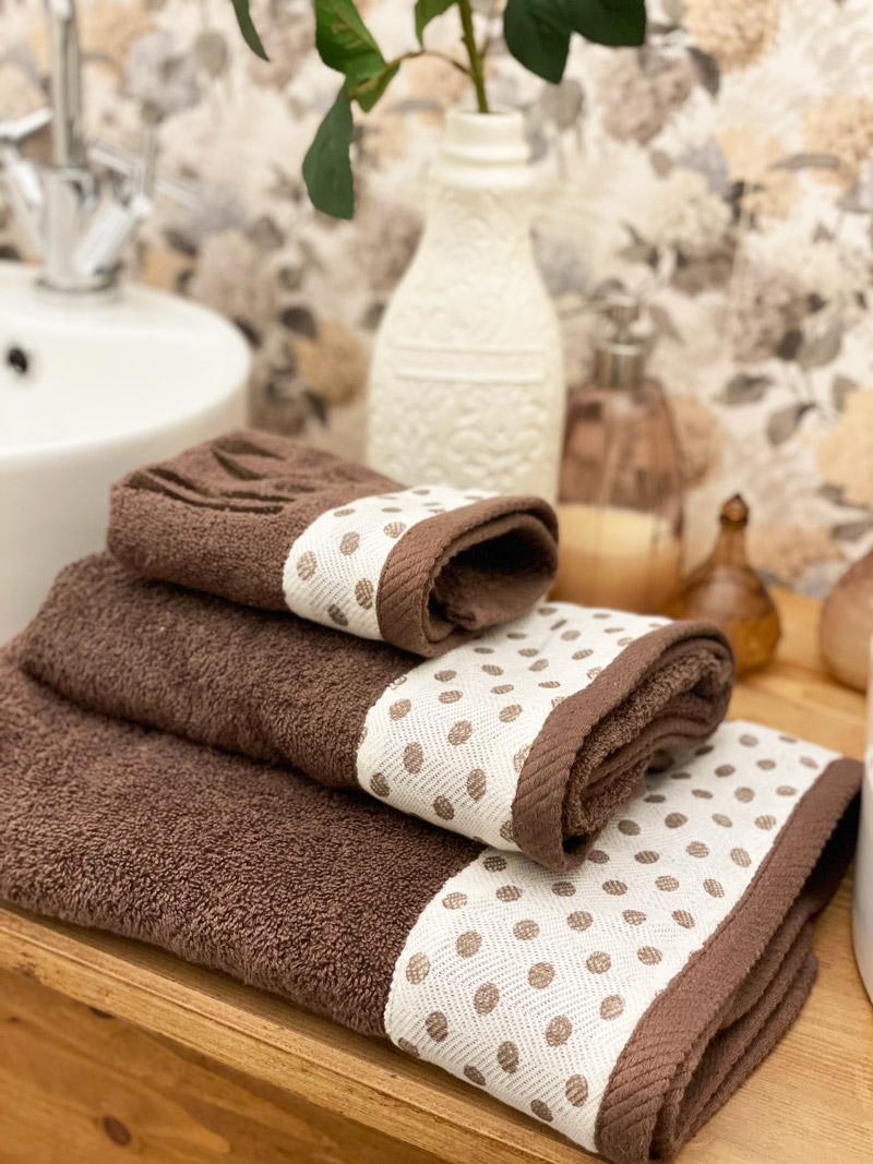 Juego de toallas marrón con lunares y bordado