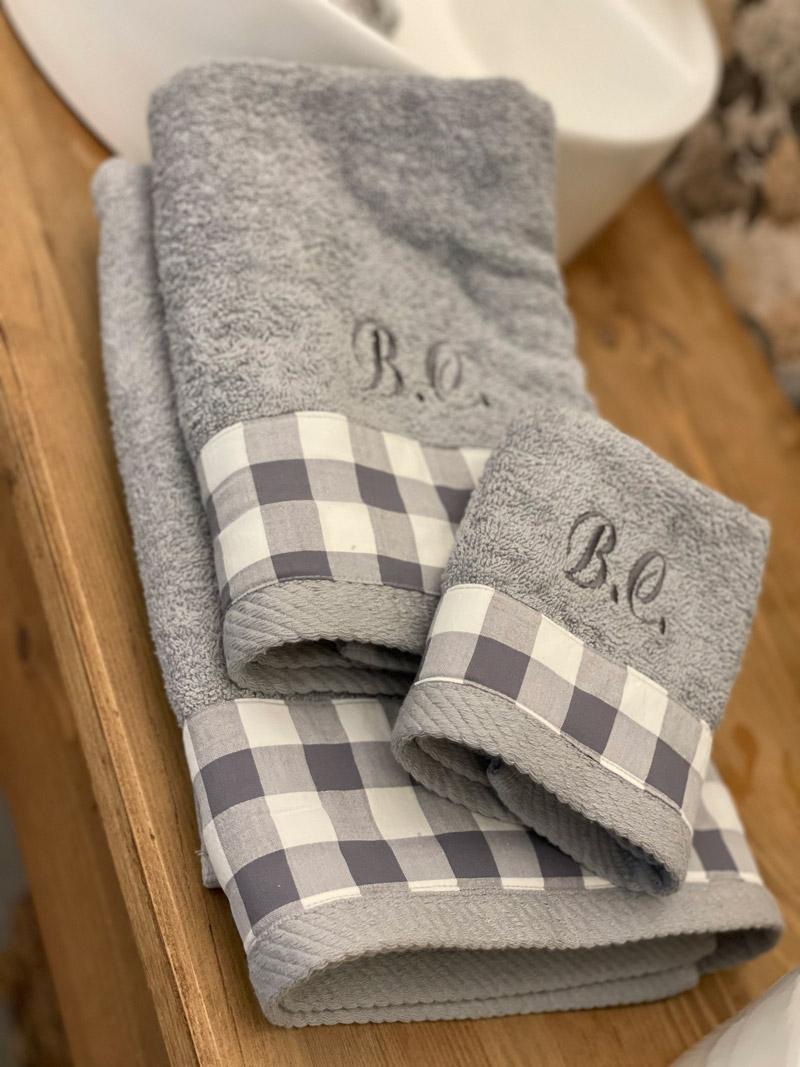 Juego de toallas gris con cuadritos y bordado