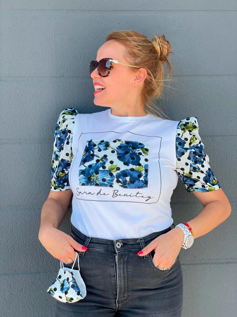 camiseta estampado flores azules y lunares