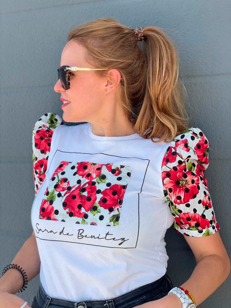 camiseta estampado flores rojas y lunares